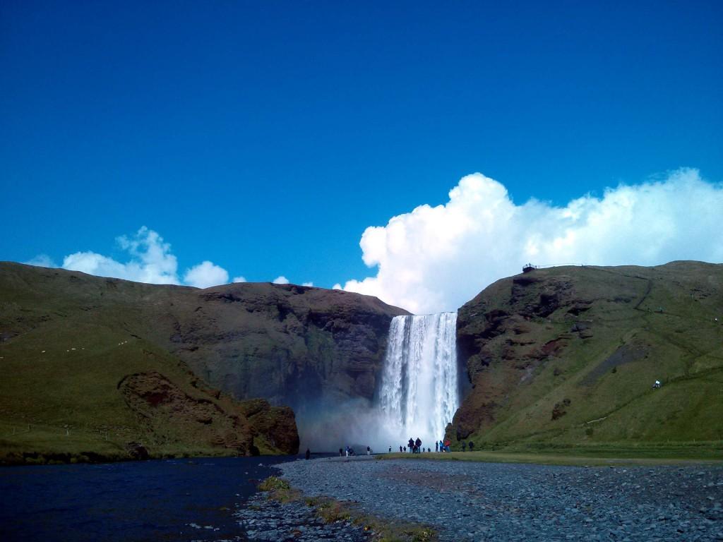 Beeindruckende Wasserfälle, wie der Skógafoss, finden sich im Süden Islands
