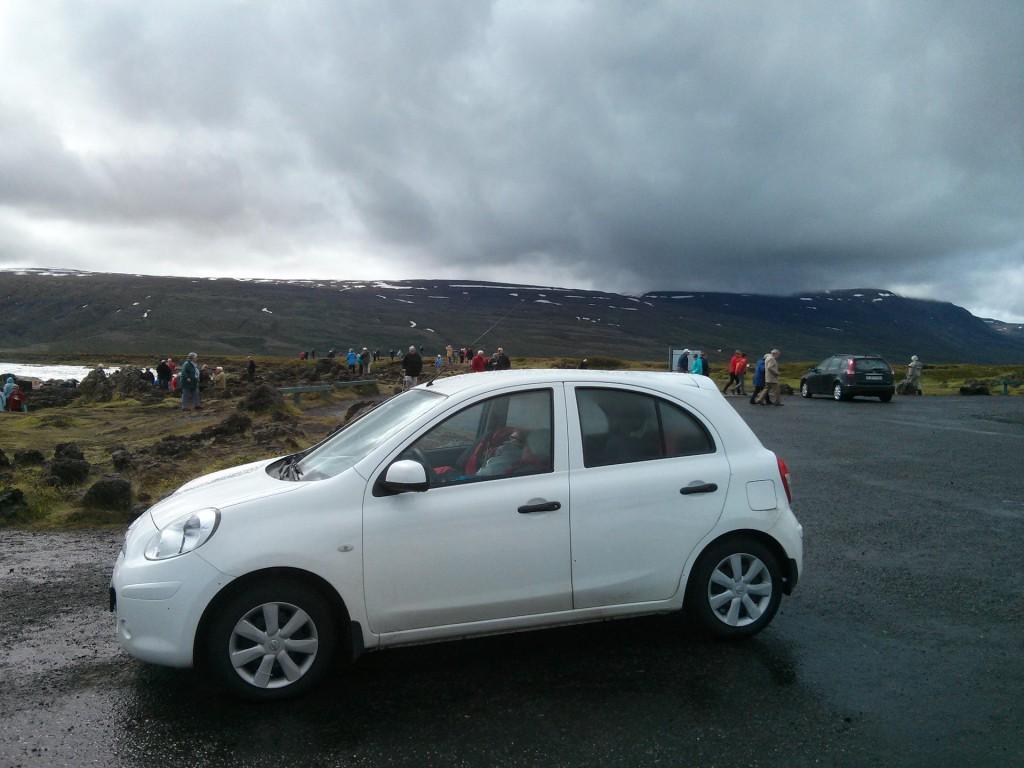Schlafende Touristen am Goðafoss in Island