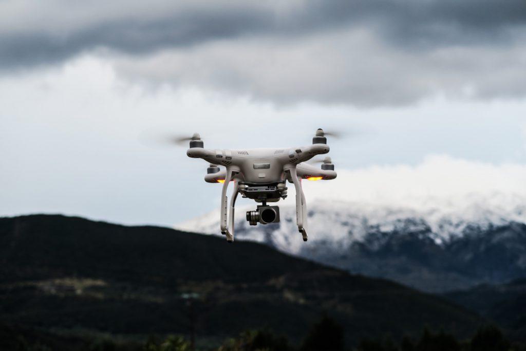 Immer gut im Blick: Eine DJI Phantom Drohne in Island