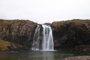 Der Wasserfall Foss in den Westfjorden in Island