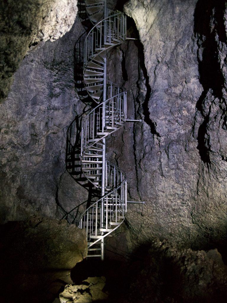 Der Eingang zur vatnshellir Lava Höhle auf Snæfellsnes