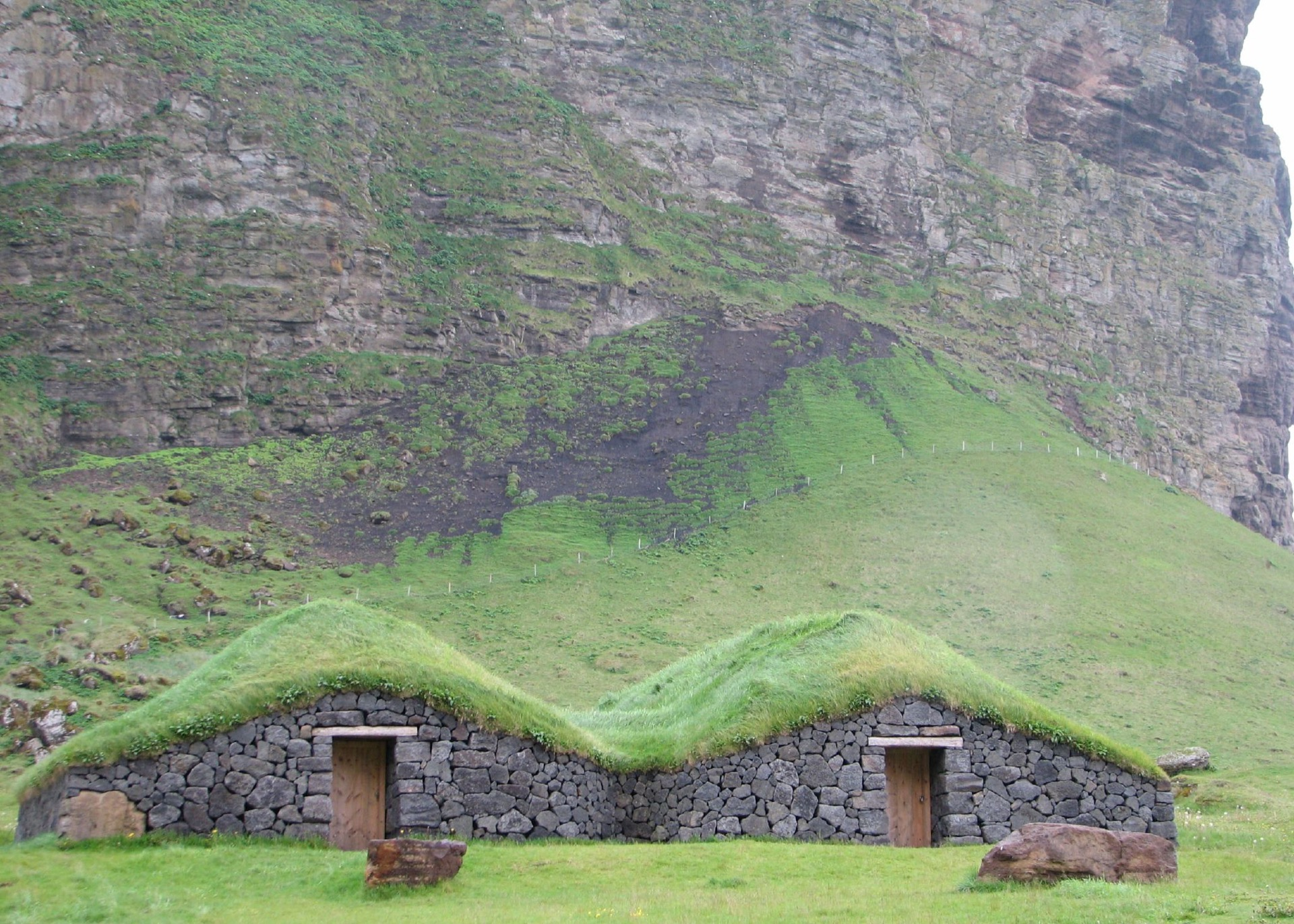 Grasdach-Häuser auf Vestmannaeyjar (Foto: https://www.flickr.com/photos/michaelclarke/)