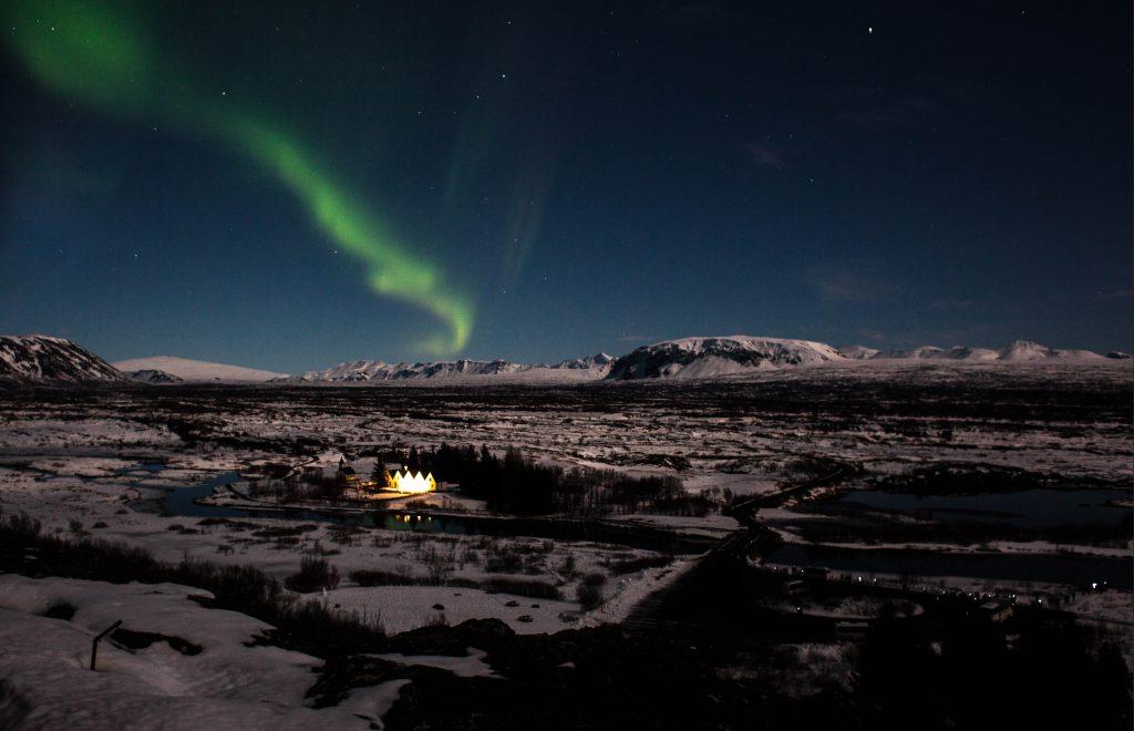 Þingvellir bei Nacht, mit Nordlichtern und Vulkanen im Hintergrund