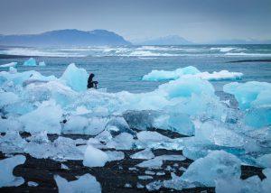 Diamond Beach: Eisberge am schwarzen Strand der Gletscherlagune Jökulsárlón in Island
