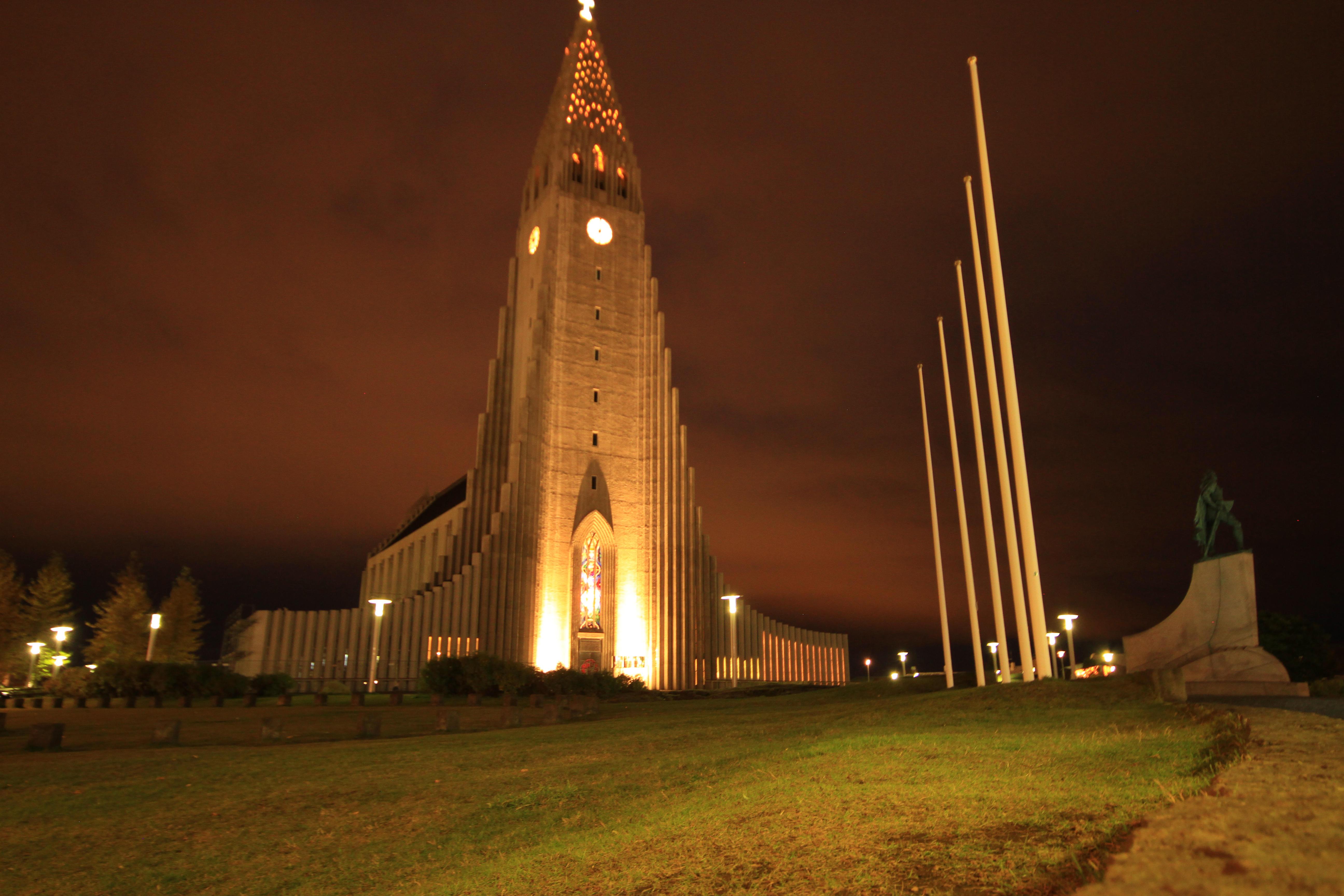 Die Hallgrímskirkja bei bei Nacht: Das Wahrzeichen Reykjavíks