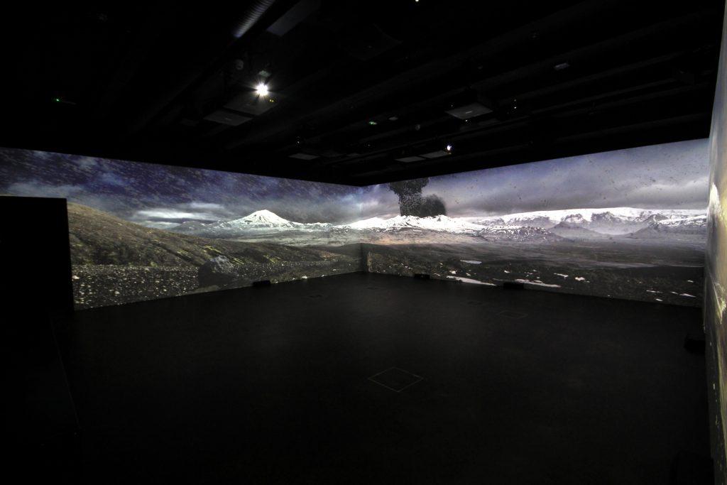 Das Lava Center Island hat eine Halle der Vulkane mit einem riesigen Panorama