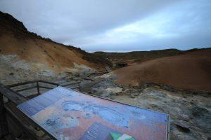 Blick von oben auf das Geothermalgebiet Seltun in Island