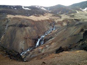 Wasserfall im Geothermalgebiet Reykjadalur in Island