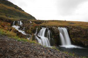 Wasserfälle wie der Kirkjufellsfoss sind bei jeder Island Rundreise ein Highlight, egal ob Sommer oder Winter