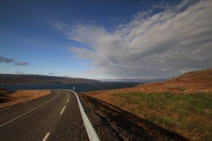 Island Rundreise: Wie hier in den Westfjorden ist man am schönsten mit dem eigenen Auto unterwegs…