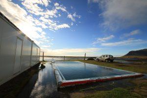 Island Rundreise im Sommer: Freiluftpools und Wölkchenhimmel