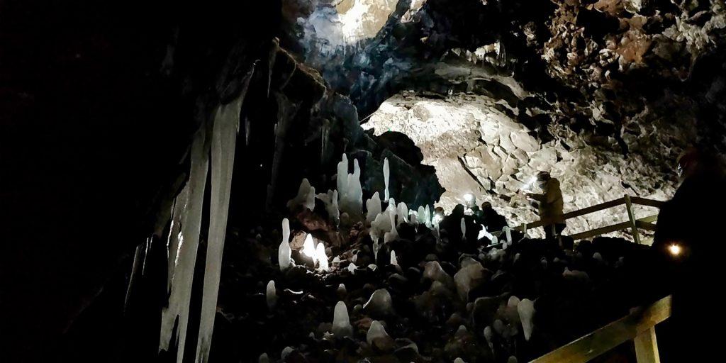 Bizarre Eisformationen in der Víðgelmir Lava Höhle in Island