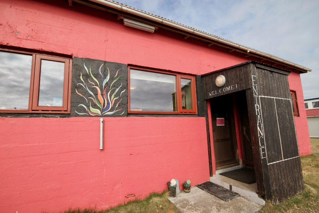 Der Eingang zum Freezer Hostel auf Snæfellsnes