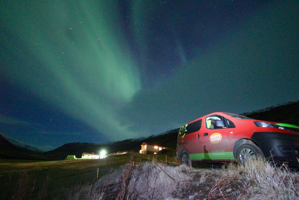 Im Campervan lassen sich Nordlichter super jagen, denn man wartet im Warmen