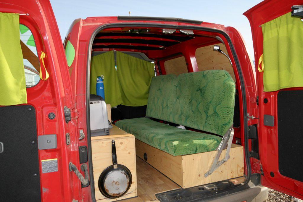 Stauraum ist im Campervan relativ großzügig vorhanden: Unter der Bank ist jede Menge Platz