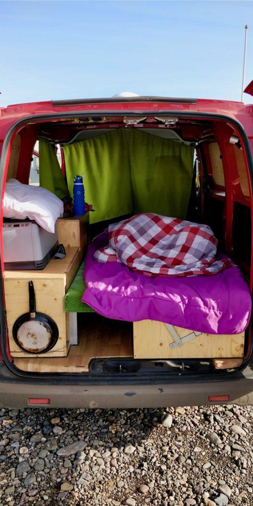 Gemütliche Sache, das Vanlife im Campervan in Island ist durchaus kuschelig
