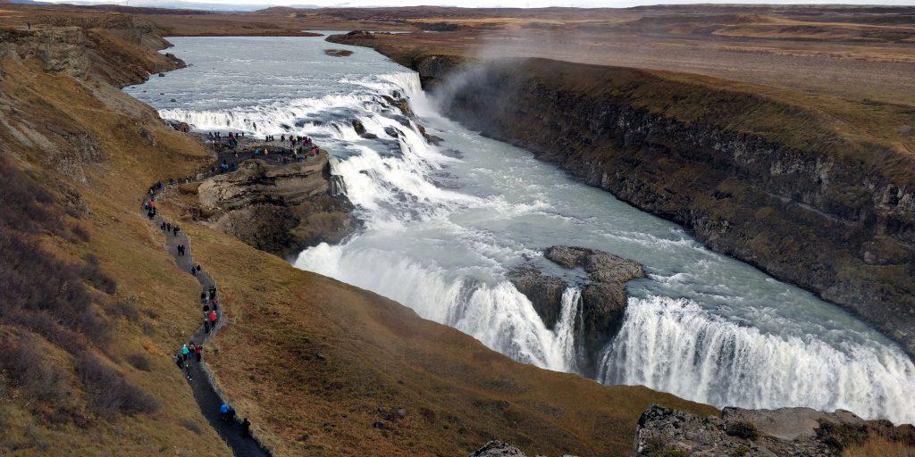 Der Gullfoss als Teil des Golden Circle kann vor der Tagestour nach Landmannalaugar bestaunt werden